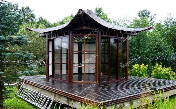 Закрытая садовая беседка для дачи